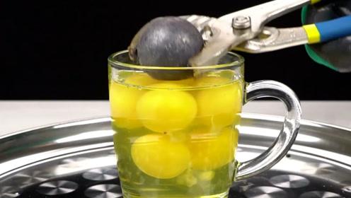 老外将金属球加热至1000度,放入鸡蛋中,下一秒的画面让人意外