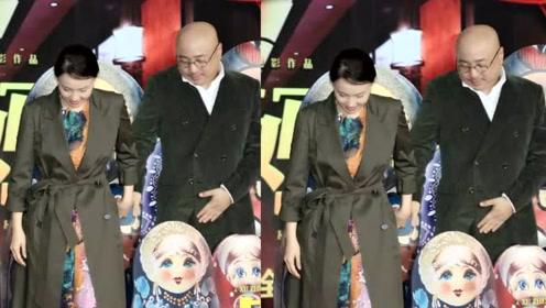 超甜!徐峥陶虹穿情侣装现身《囧妈》发布会,亲密互动配一脸
