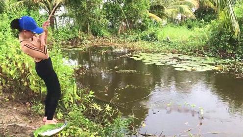 实拍:看泰国美女钓鱼好享受,接连上钩,太厉害了!