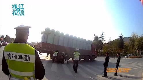 神反应!交警一把拉回车轮下母女 两人差点被卷入大货车下