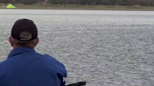 老人钓到一条大鱼,觉得鱼肚子不正常,剖开后果然不简单