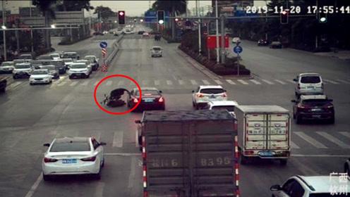 劳斯莱斯被闯红灯电动车撞上车损约20万 车主仅让肇事者赔2万
