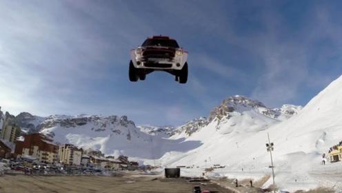 老外挑战飞车失败,160km/h的速度扎在地上,车手表情很绝望!