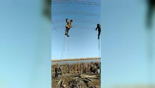 踩着高跷干电焊,工人们多才多艺啊!