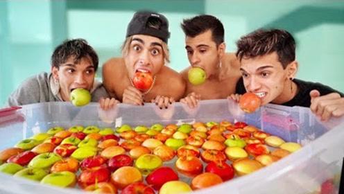 双胞胎兄弟把200个苹果放入水中,挑战叼苹果!猜猜结局会怎样?