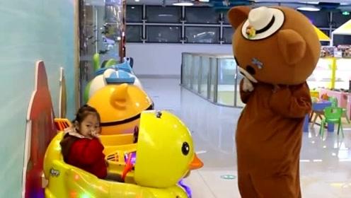 网红熊实在是太贪玩了,别人的玩具你都敢动,迟早要挨打的
