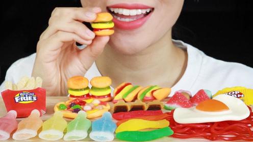 """女主播为吸粉竟吃""""塑料"""",大口吃光一桌还不够,真是豁出去了!"""