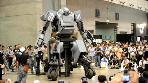 日本发明真人版机动战士,微笑表情操控发射攻击,全程绷着脸玩?