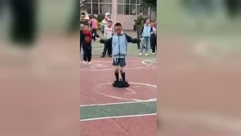 小男孩参加跳绳比赛下一秒尴尬了,却仍坚持完成挑战受点赞
