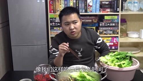 天气突然降温,小伙在办公室做了一钵鸡,下着白菜简直是御寒神器
