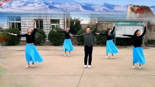 这大哥太厉害了,带4位美女在自家小院跳舞,太霸道了!