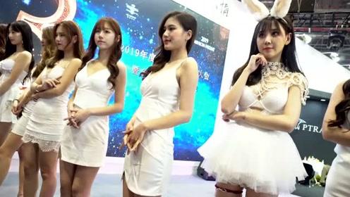 美女车模身穿白色紧身短裙,勾勒出完美身材,这颜值太惊艳