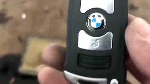 一位顾客来洗车,看到钥匙总感觉不对劲,下一幕我就看愣了!