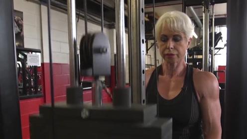 68岁老奶奶健身超过40年,面貌和几十岁的姑娘一样年轻
