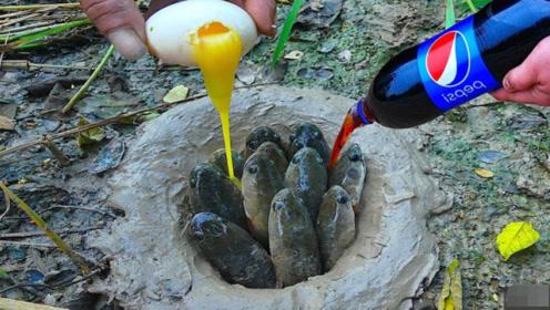 小伙河边挖一个大洞,往里倒入可乐和鸡蛋,一群大家伙钻了出来!