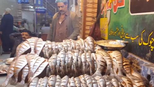 印度小贩秀厨艺,一次掌勺3个大锅炸鱼,一份卖15元抢着买