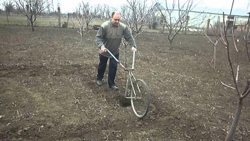 """农民大叔发明""""自行车""""耕地机,一天能耕耘5亩地,20元造一台"""