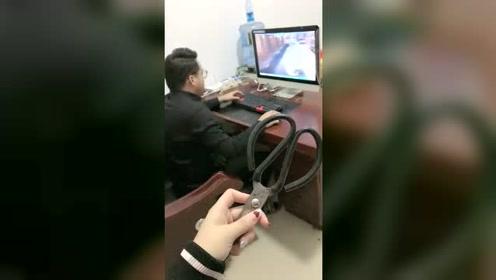 老公只顾玩游戏不陪老婆,老婆拿剪刀咔嚓两下把鼠标和键盘都毁了