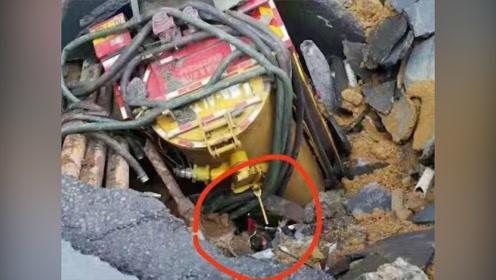 广州在建地铁地陷最深38米,3人失联,两辆车掉入瞬间曝光!