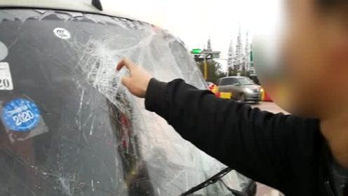 高速未系安全带追尾 挡风玻璃被撞出一个大包自称:铁头王