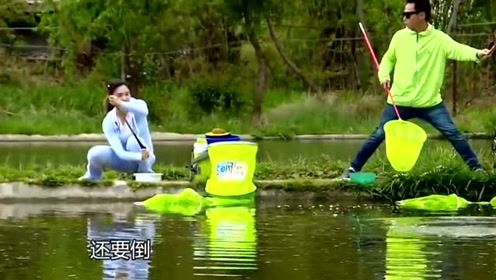 在老师傅的指点下,女钓友用空心饵钓获了一尾大鲢鱼