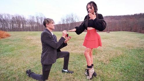 熊孩子大哥向二哥女朋友求婚!网友:你在挑战二哥的底线吗?