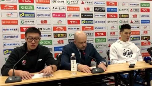 来听听北京首钢主教练雅尼斯如何评价尤度的第一场比赛表现
