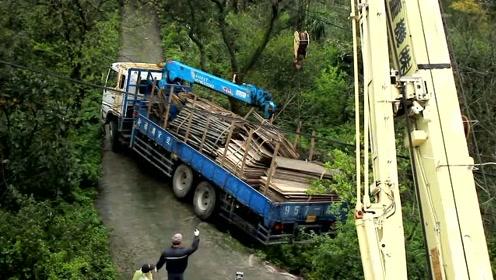 满载货物的大货车拐弯侧翻,司机吓坏了,最后的救援过程真不简单