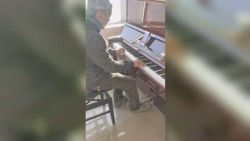 油漆工人上班休息时弹钢琴走红,全靠自学听到音乐后过目不忘
