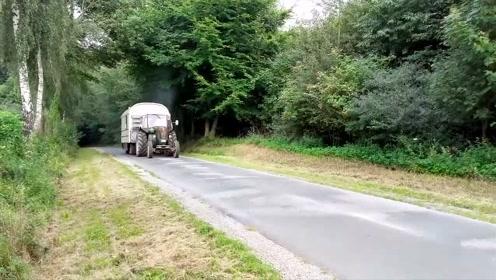 农村牛人将拖拉机改造成房车,出远门旅行方便多了