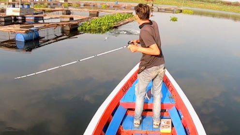 钓鱼:开着船,在网箱旁边玩路亚
