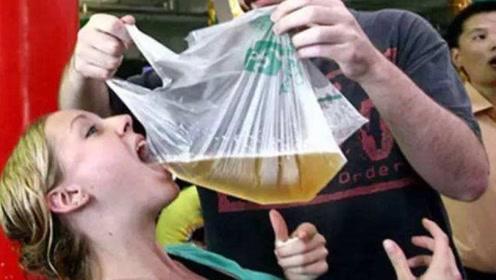 青岛人买啤酒时,为什么用塑料袋装回家?答案让很多人没想到!