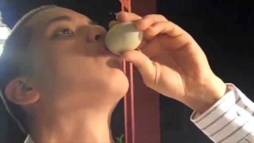 小伙子吃鸭胚,放在嘴里半天都嚼不碎
