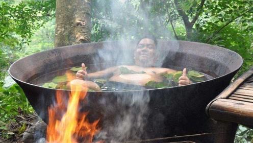 """游客躺进铁锅泡澡 下面还生着火 这是""""铁锅炖自己""""吗"""