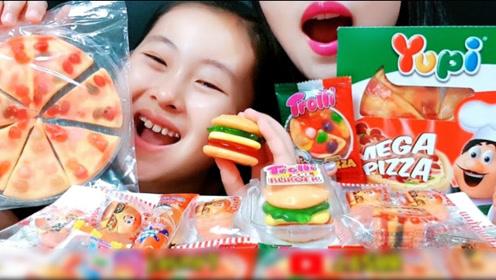 母女俩狂吃一桌汉堡、披萨,仔细看竟然都是软糖,造型迷你太可爱了
