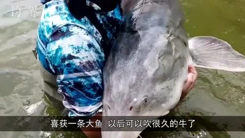 男子湖中钓获奇怪大鱼,三个人才勉强抱起来,令人兴奋!