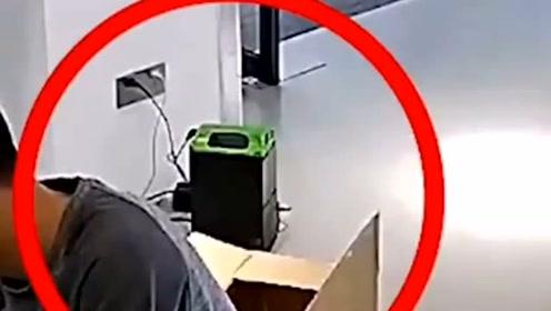电动车电池在室内充电,突然冒起了烟,拔掉电源仅两秒钟就爆炸着火!