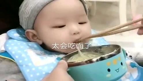 才8个月的宝宝,太会吃面条了,奶奶高兴的咯咯笑