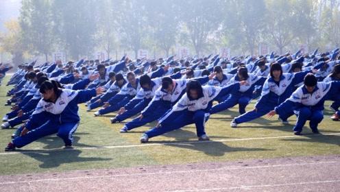 美国老师第一次到中国,来到操场顿时懵了,你们管这叫课间操?
