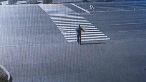 迷之行为!酒鬼骑摩托撞死人逃逸,竟在路上踢正步伪装形态
