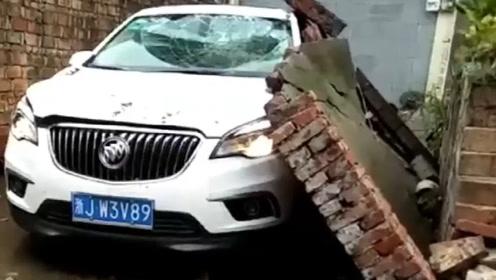 一定是邻居嫉妒我刚买的豪车,才把墙推倒的!