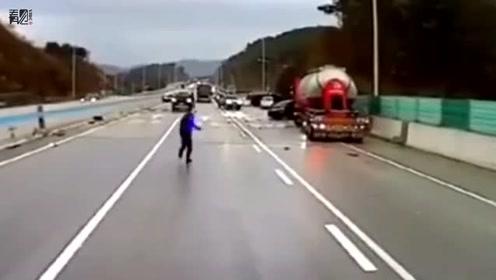 21辆车高速上打滑追撞 男子试图提醒后方车辆失败连滚带爬躲避
