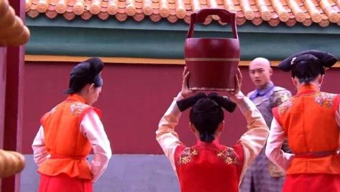 宫女冲撞了太子妃,举水桶受罚,谁料太子看上她了要立她为侧福晋