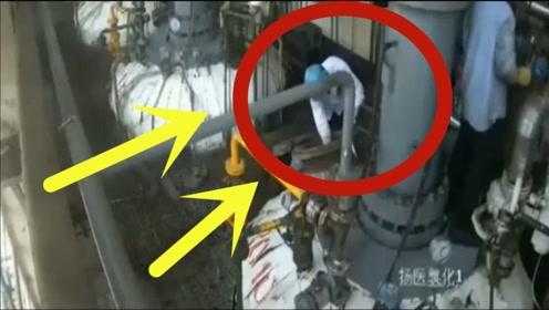 年轻工人正在清理管道,小伙愚蠢的行为,把自己送上了天!