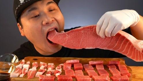 韩国小哥太生猛,抱着整块三文鱼就开始啃,不怕寄生虫?