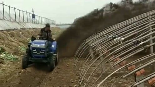 拖拉机给地施肥真巧妙,农民的智慧果然是无穷的,让我涨见识了!