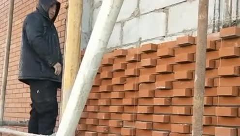 这才是砌砖界的大神,这墙让你俩砌的,跟花一样!