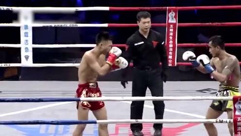 这边低扫腿对手就连出铁拳暴捶,泰国教练焦急台边指导无法扭转败局