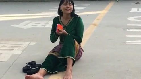 中缅两国的分界线,小姐姐一屁股坐在了两个国家,真是任性啊!