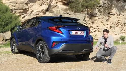 丰田 C-HR车尾尾灯造型犀利,点亮后效果不错!